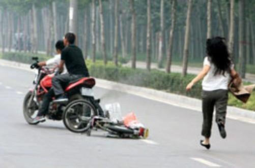 Truy đuổi cướp, đôi vợ chồng ở Sài Gòn bị đâm trọng thương - ảnh 1