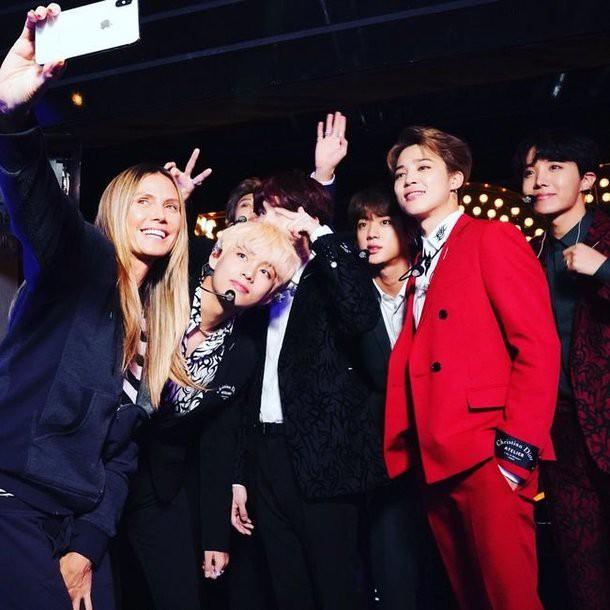 BTS gây sốt tại Americas Got Talent, nhất là chàng trai mặc vest đỏ! - Ảnh 2.
