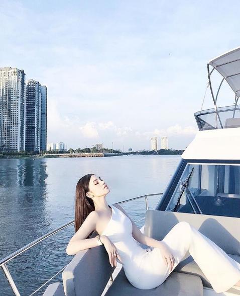 Những Hoa hậu chịu chơi của Vbiz: Mua hàng hiệu theo lố, đi du lịch sang chảnh ở khách sạn hàng chục triệu đồng/đêm - ảnh 22