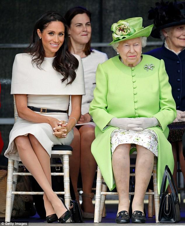Chỉ mặc đúng một kiểu suốt mấy chục năm, Nữ hoàng Anh vẫn được nhận xét là có style xuất sắc hơn hẳn Công nương Meghan - ảnh 1