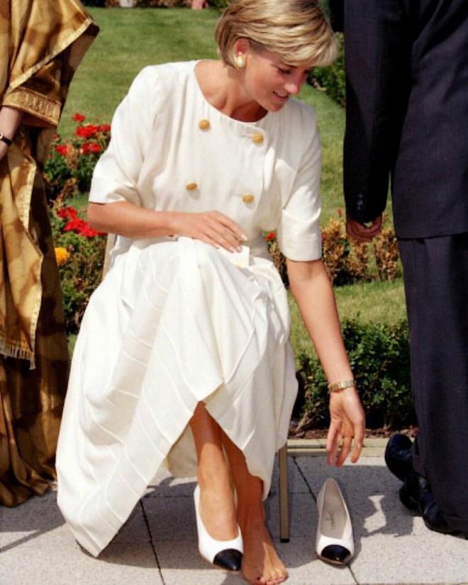 """Rất chăm diện mẫu giày mà Công nương Diana từng đoạn tuyệt, bà Camilla có lẽ là nữ tình địch """"chẳng phải dạng vừa"""" - Ảnh 9."""