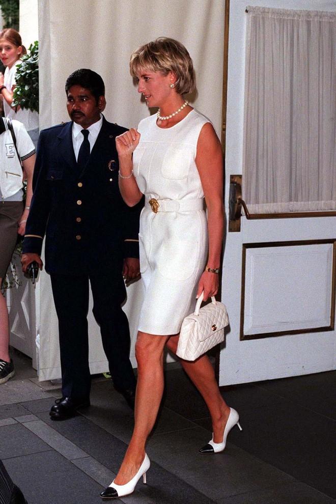 """Rất chăm diện mẫu giày mà Công nương Diana từng đoạn tuyệt, bà Camilla có lẽ là nữ tình địch """"chẳng phải dạng vừa"""" - ảnh 10"""