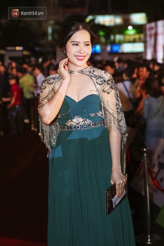 Một chiếc váy 2 sắc thái: Hương Giang tỏa sáng đúng kiểu hoa hậu, Nam Em lại như mệnh phụ phu nhân - ảnh 1