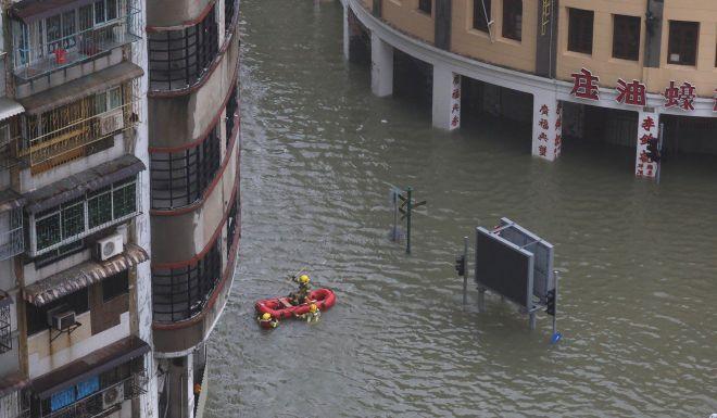 Ảnh, video: Siêu bão MANGKHUT càn quét, Macau chìm trong biển nước - ảnh 2