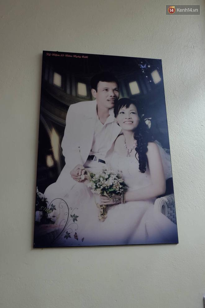 Cô dâu 62 tuổi xúc động khi chú rể 26 tuổi yêu cầu giữ nguyên bức hình cưới với chồng quá cố ở phòng khách - ảnh 2