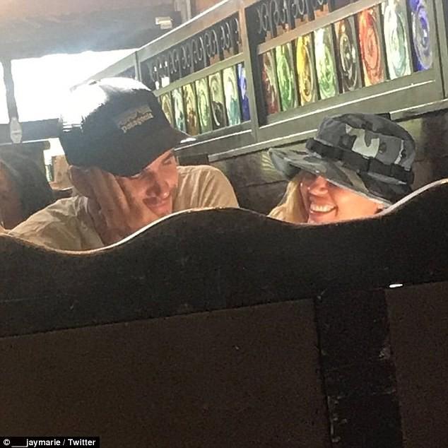 Miley Cyrus ân cần bồng bế em bé sau tin đồn chăm chỉ làm chuyện ấy với Liam để mau có con - ảnh 3
