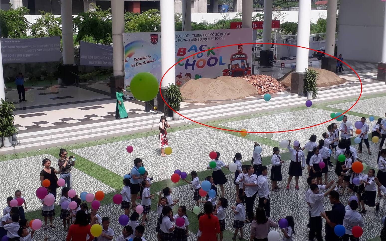 Hà Nội: Hơn một nghìn học sinh phải đi khai giảng nhờ ở trường khác vì sân trường bị đổ đầy vật liệu xây dựng