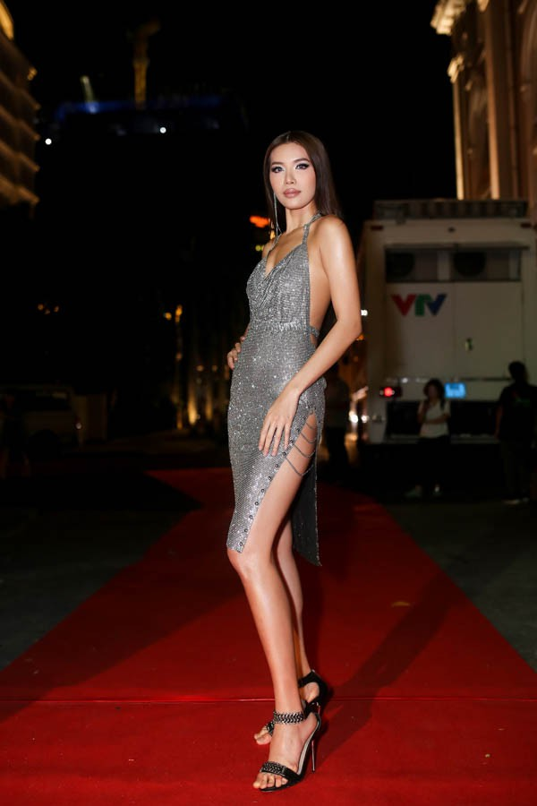 Minh Tú quá bạo, chẳng ngán mặc đầm xẻ hiểm hóc y chang Kendall Jenner lẫn Paris Hilton - ảnh 1