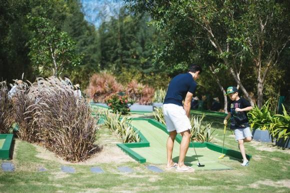 Khoảnh khắc Hà Hồ từ xa nhìn Kim Lý dạy Subeo đánh Golf - Ảnh 1.