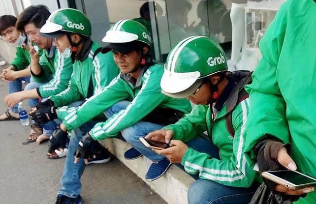 Hàng trăm tài xế GrabBike ở Sài Gòn tắt ứng dụng, kéo đến trụ sở công ty để phản đối việc tăng chiết khấu - Ảnh 2.