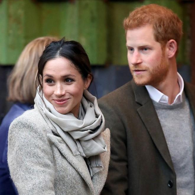 Ngoài nhẫn đính ước, hôn thê của hoàng tử Harry còn đeo ba chiếc nhẫn đặc biệt tiết lộ phần nào về tính cách của cô - Ảnh 2.