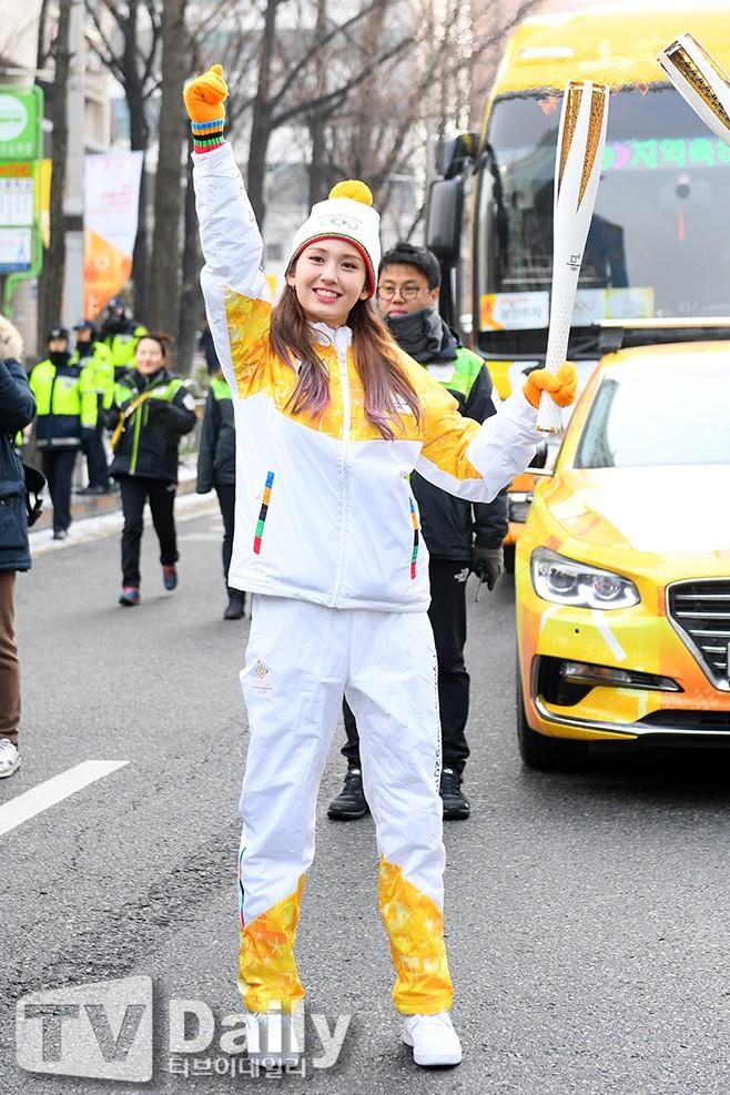 Lóa mắt trước dàn sao hạng A rước đuốc chào Thế vận hội mùa đông 2018: Hết nữ thần lại đến nam thần hội tụ - Ảnh 18.