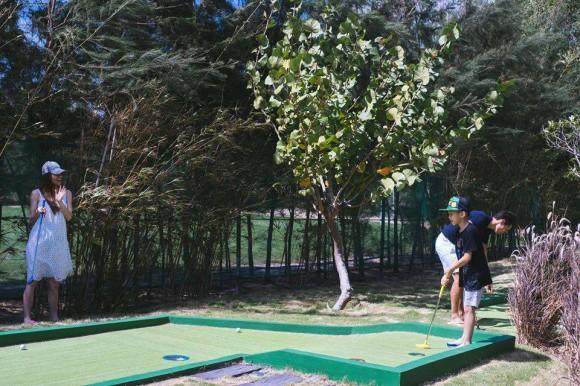 Khoảnh khắc Hà Hồ từ xa nhìn Kim Lý dạy Subeo đánh Golf - Ảnh 3.