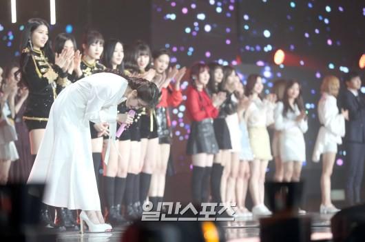 Nhận giải Daesang, IU xúc động trải lòng về Jonghyun: Tại sao anh ấy buồn và đau đớn đến vậy, mình nghĩ là mình hiểu - Ảnh 4.