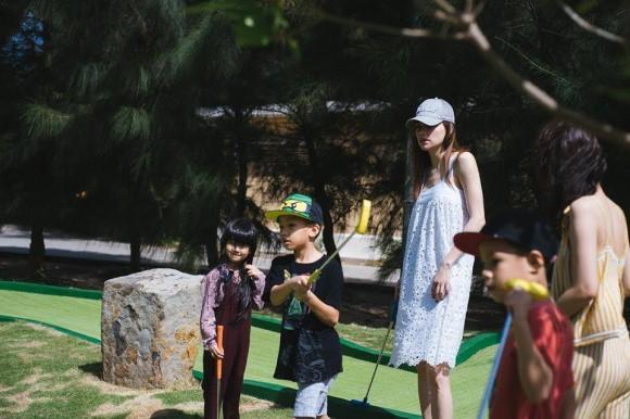 Khoảnh khắc Hà Hồ từ xa nhìn Kim Lý dạy Subeo đánh Golf - Ảnh 4.