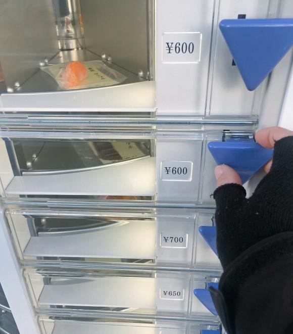 Nhật Bản có cả máy bán mô hình đồ ăn giả tự động, trông ứa nước miếng vì tưởng thức ăn thật - ảnh 9