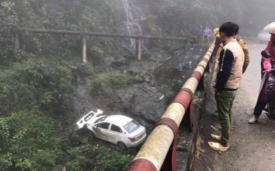 Lào Cai: Xe taxi lao từ trên cầu xuống rồi nằm gọn dưới khe suối