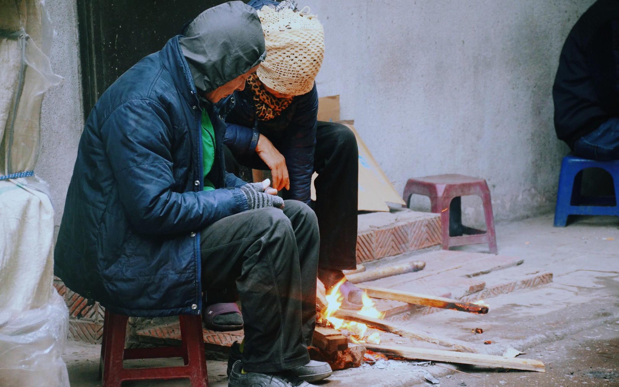 Rét đậm rét hại bao trùm Hà Nội, người dân chật vật đi làm trong mưa lạnh buốt với nền nhiệt chỉ còn 10 độ C