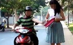 Cô gái 9X chạy xe máy bị cướp đạp ngã, giật túi xách táo tợn trên phố Sài Gòn