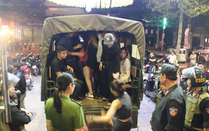 Đột kích quán bar phát hiện 218 nam nữ