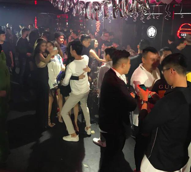 Phát hiện hàng trăm nam nữ dân chơi hút bóng cười, shisha trong quán bar ở trung tâm Sài Gòn - ảnh 3