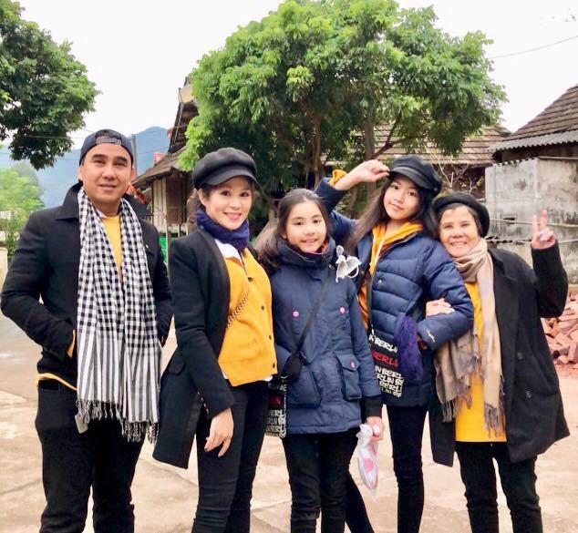 Bà xã Quyền Linh khoe ảnh cả gia đình ghé Mộc Châu, ai cũng chú ý đến 2 cô con gái xinh như hoa hậu - Ảnh 1.