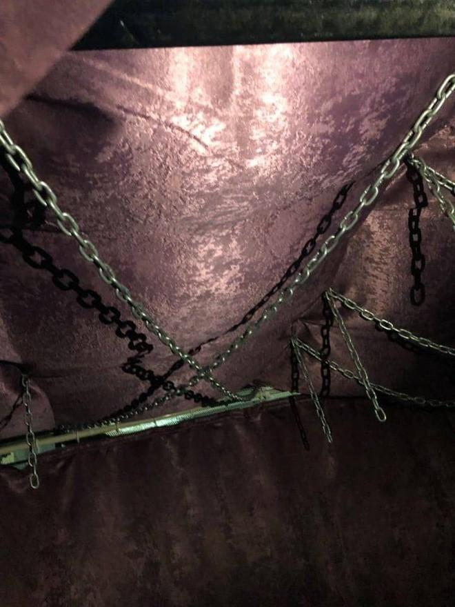 Cận cảnh dây xích, lồng sắt... trong spa bị bắt quả tang bán dâm đồng tính nam giá 2 triệu đồng ở Sài Gòn - Ảnh 4.