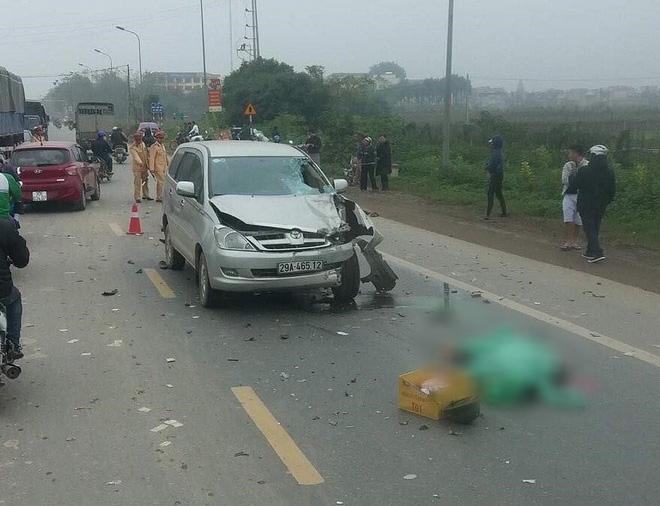 Hà Nội: Vượt lên bất thành, ô tô 7 chỗ đâm vào xe máy, 2 người tử vong thương tâm - Ảnh 1.