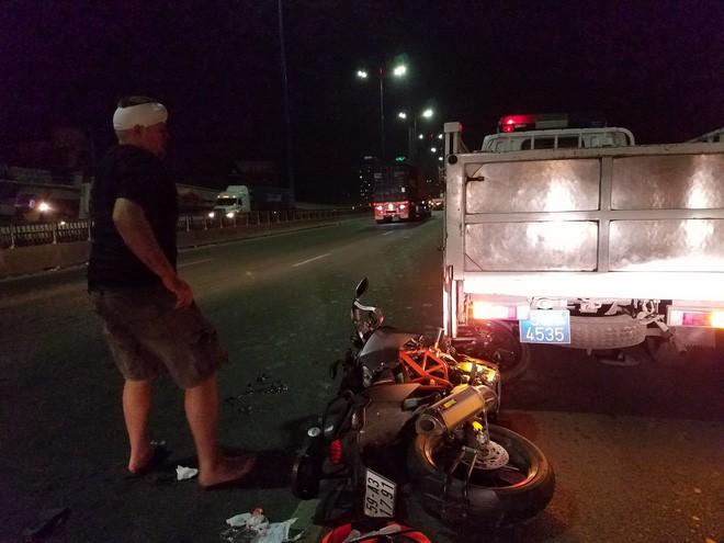 Phát hiện thi thể nam thanh niên trên cầu Sài Gòn, nghi bị tai nạn do đi vào làn đường ô tô - Ảnh 2.