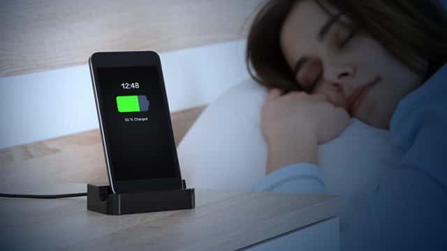 2019 rồi, thật sự có nên để điện thoại gần mình khi ngủ không? - ảnh 1