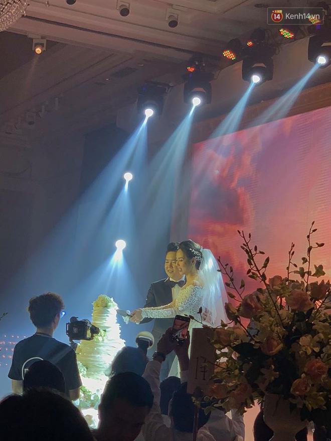 Clip: Bà xã Lê Hiếu khóc xúc động trên lễ đường khi nghe chồng hát Sau tất cả - ảnh 1