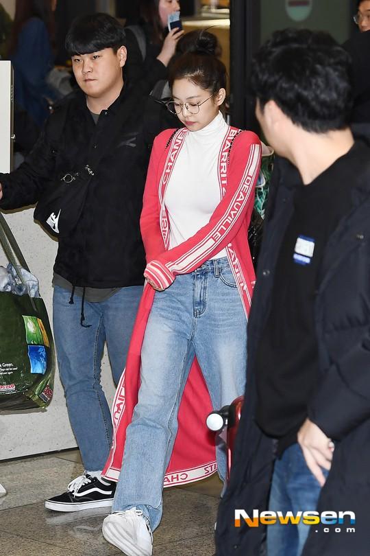 Màn đọ sắc siêu khủng: Jennie chiếm spotlight của 2 nữ thần Jisoo, Irene nhờ vòng 1 khủng, BTS khoe style cực chất - ảnh 2