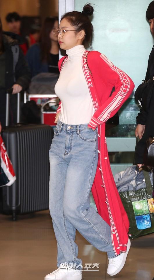 Màn đọ sắc siêu khủng: Jennie chiếm spotlight của 2 nữ thần Jisoo, Irene nhờ vòng 1 khủng, BTS khoe style cực chất - ảnh 3