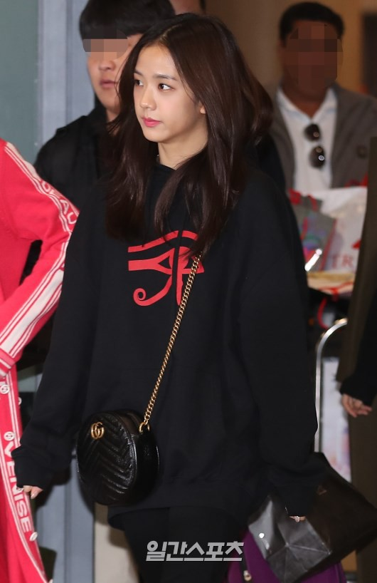 Màn đọ sắc siêu khủng: Jennie chiếm spotlight của 2 nữ thần Jisoo, Irene nhờ vòng 1 khủng, BTS khoe style cực chất - ảnh 8