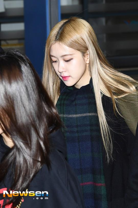 Màn đọ sắc siêu khủng: Jennie chiếm spotlight của 2 nữ thần Jisoo, Irene nhờ vòng 1 khủng, BTS khoe style cực chất - ảnh 10