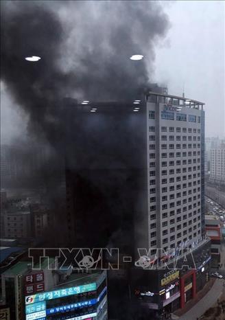 Cháy lớn tại khách sạn, 1 người tử vong và hàng chục người nhập viện - ảnh 1