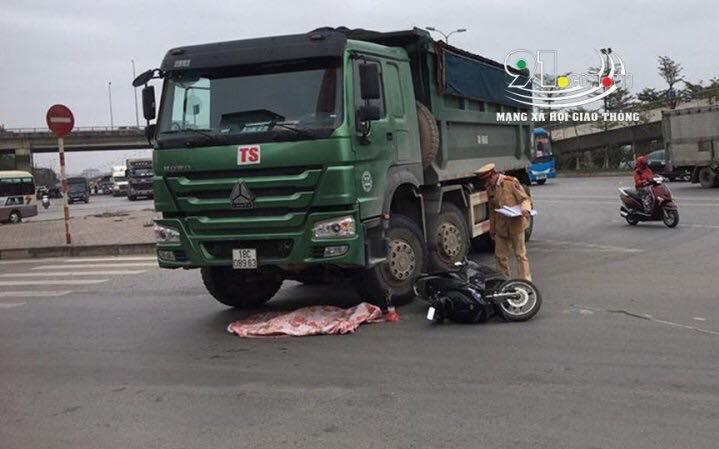 Hà Nội: Xe máy va chạm ô tô, cháu bé 2 tuổi tử vong thương tâm