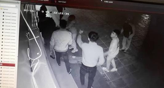 Xác định nhóm thanh niên hành hung nữ thu ngân ở CC Linh Đàm: Không có mâu thuẫn từ trước, đã rời khỏi địa phương - Ảnh 1.