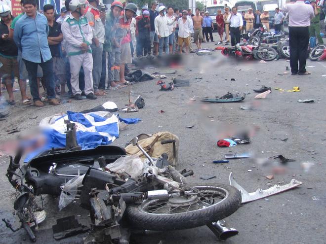 Sẽ khởi tố vụ tai nạn thảm khốc khiến ít nhất 20 người dừng đèn đỏ thương vong ở tỉnh Long An - Ảnh 2.