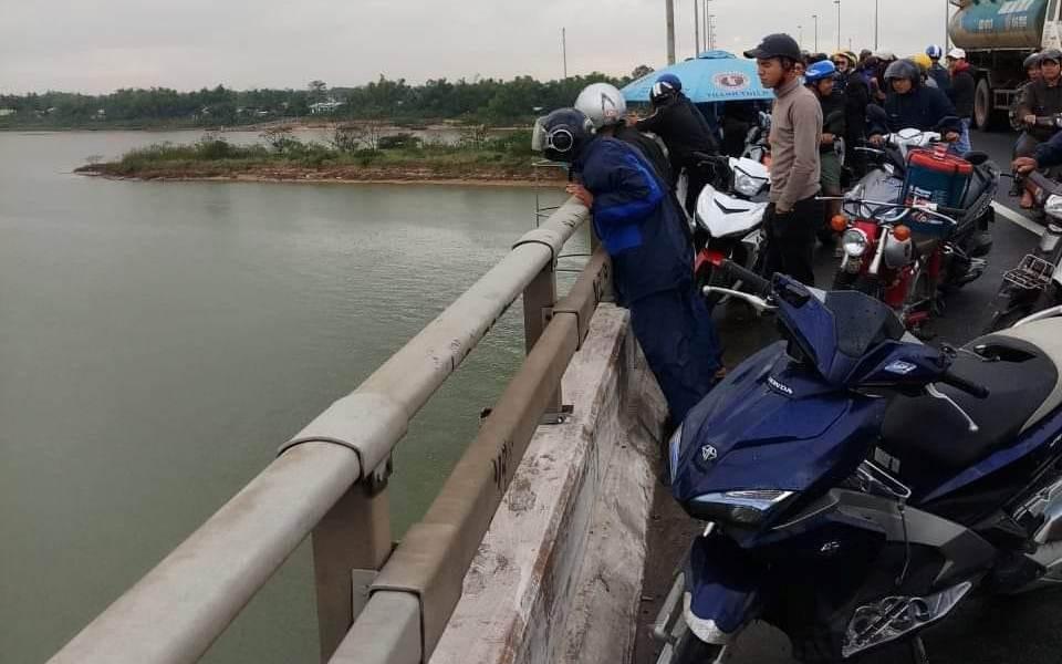 Nam thanh niên lái xe container ở Quảng Nam nhảy cầu Câu Lâu tự tử