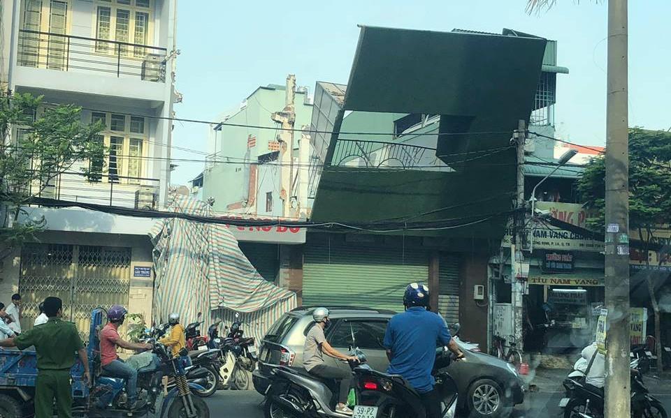 Rùng mình bảng quảng cáo khổng lồ ngã vào cột điện, treo lơ lửng trên đầu người đi đường ở Sài Gòn