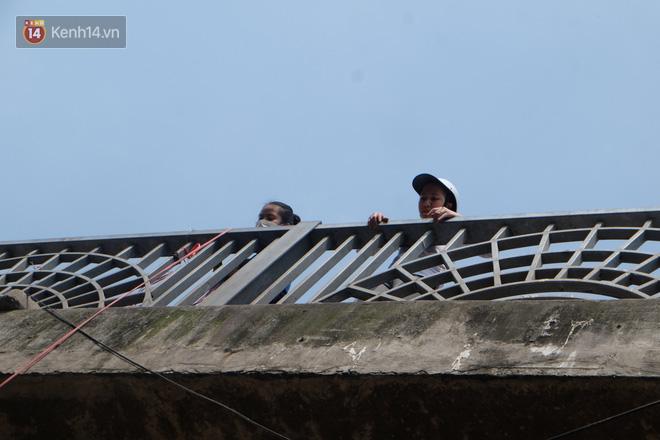 Hà Nội: Cá chép tiễn ông Công ông Táo được TNV hỗ trợ bỏ vào chậu thả xuống lòng sông, nhưng dòng nước đen kịt khiến ai cũng phải nhíu mày - ảnh 19