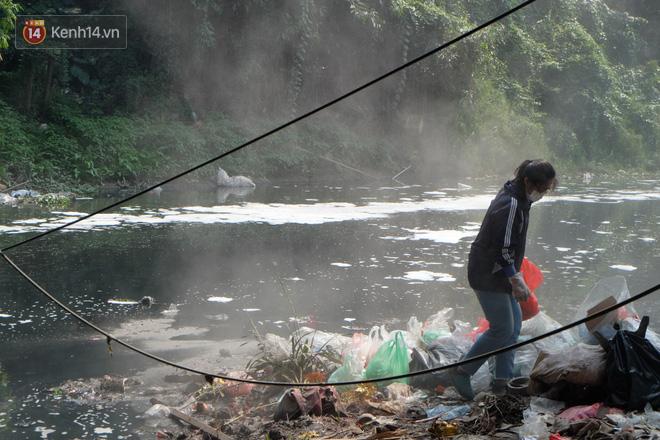 Hà Nội: Cá chép tiễn ông Công ông Táo được TNV hỗ trợ bỏ vào chậu thả xuống lòng sông, nhưng dòng nước đen kịt khiến ai cũng phải nhíu mày - ảnh 13