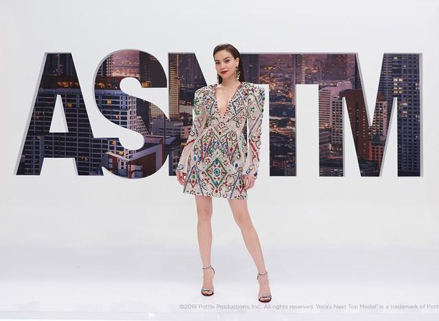 """Sang Việt Nam dự show của Lý Quí Khánh, bà hoàng Hermes Jamie Chua """"mặc lại"""" váy Hà Hồ diện từ 3 tháng trước - Ảnh 3."""