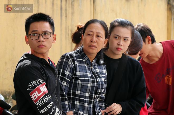 Vượt gần 1.500km, cha mẹ nữ sinh tử vong trong vụ xe lao xuống vực đèo Hải Vân ngã quỵ khi đón thi thể con tại nhà vĩnh biệt - Ảnh 1.