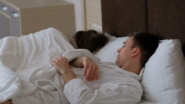 Chiếc chăn thông minh bên ấm sực bên thông thoáng sẽ giúp các cặp đôi không kèn cựa giành chăn mỗi đêm - Ảnh 1.