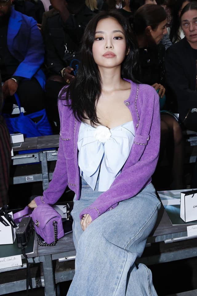 Ngồi hàng đầu với Cardi B và tổng biên Vogue, Jennie khí chất đỉnh cao nhưng sao như vội quá đi lạc vào sự kiện thế này? - ảnh 2