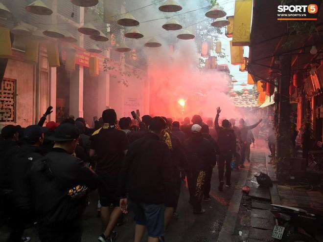 Bỏ ngoài tai lời cảnh báo, fan cuồng Malaysia check in bia hơi Hà Nội, đi lại rầm rộ trên đường phố thủ đô - ảnh 4