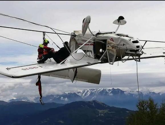 Máy bay đâm phải dây cáp, phi công văng lên cánh lửng lơ giữa trời - ảnh 1