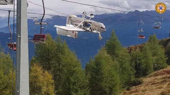 Máy bay đâm phải dây cáp, phi công văng lên cánh lửng lơ giữa trời - ảnh 2